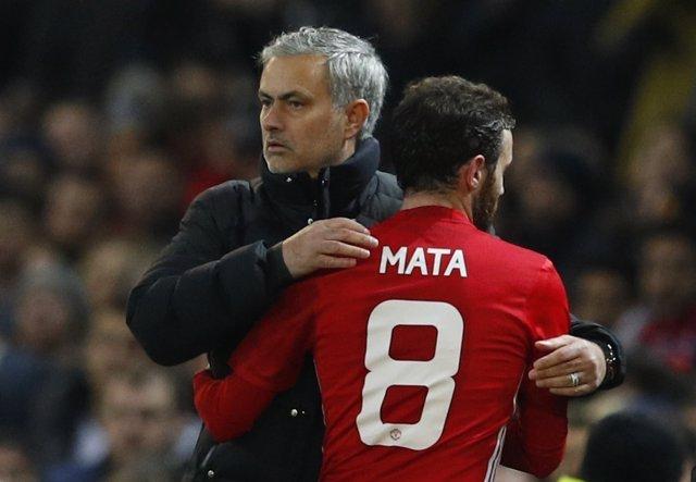 Juan Mata se abraza a José Mourinho