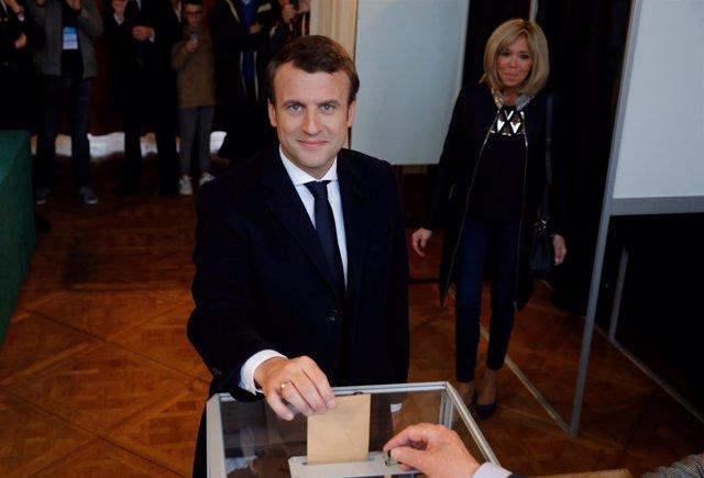 Macron vota en la seunda vuelta de las elecciones francesas