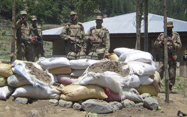 Soldados Pakistaníes Apostados Cerca De La Frontera Con Afganistán