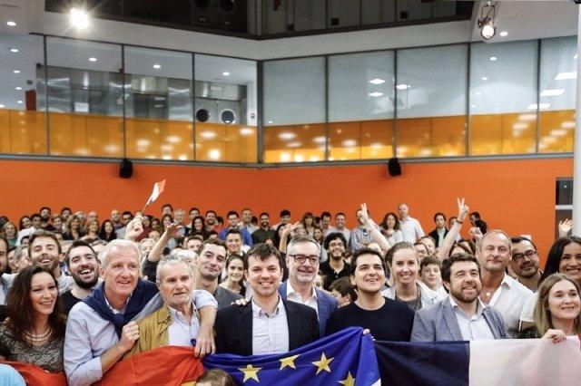 Seguidores de Macron en la sede de Ciudadanos en Madrid