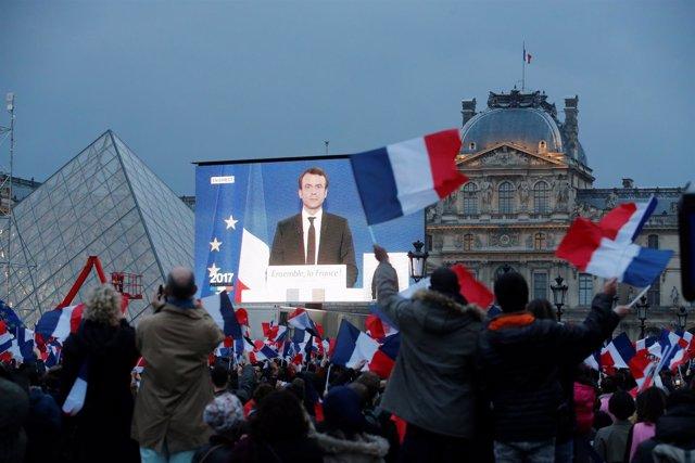 Macron se dirige a sus seguidores en la explanada del Louvre, en París
