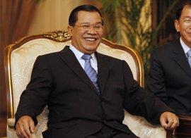 El primer ministro de Camboya regresa al país tras varios días hospitalizado en Singapur