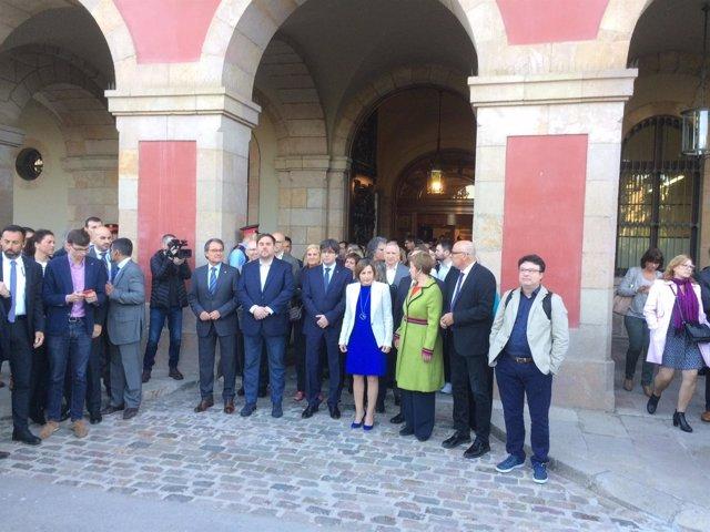 C.Puigdemont, O.Junqueras, A.Mas y diputados arropan a C.Forcadell y a A.Simó