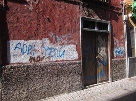 La Policía Local identifica y sanciona a los autores de numerosos grafitis en la capital tinerfeña