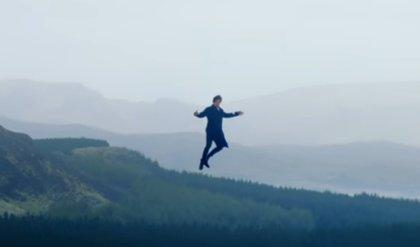 Harry Styles vuela alto (literalmente) en el nuevo videoclip de Sign of the Times