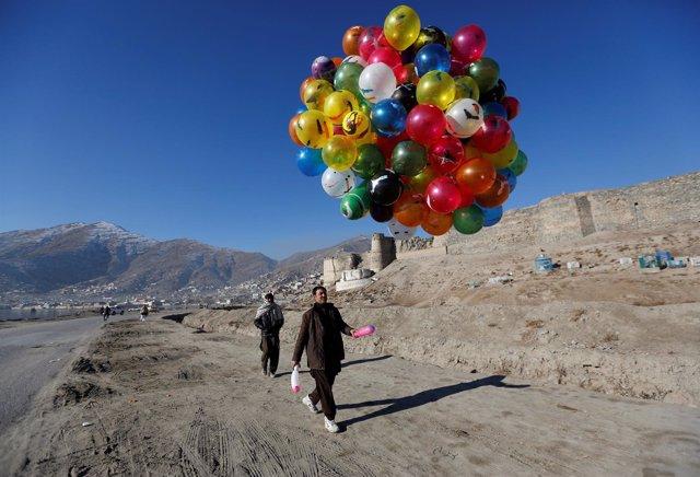 Hombre con globos en Kabul
