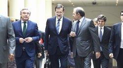 Rajoy y Pío García Escudero en los pasillos del Senado