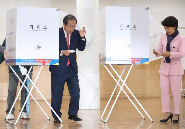 Elecciones en Corea del Sur, Hong Joo Pyo, votando