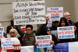 Activistas y refugiados birmanos protesta por la entrega de las 'Llaves de la Ciudad' de Londres a Suu Kyi