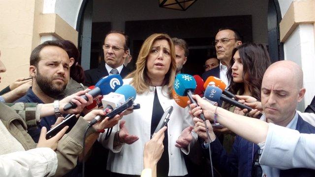 Susana Díaz atiende a los medios en Hinojos (Huelva)