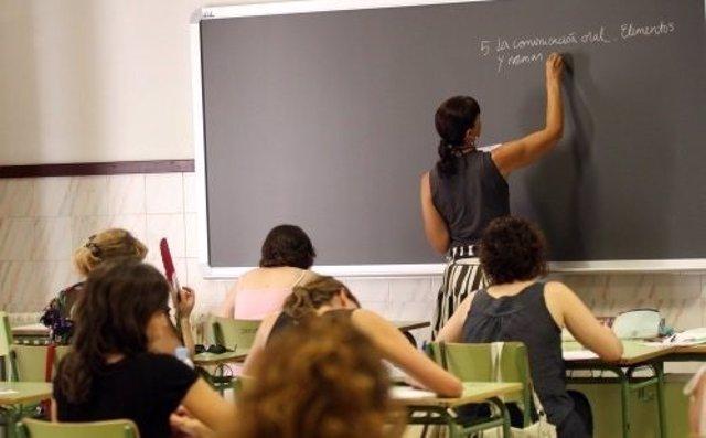 Imagen de archivo de una profesora en clase