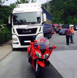 La patrulla de tráfico inmovilizando el camión en Narbarte.