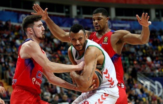 Hanga (Baskonia) y De Colo (CSKA Moscú) pelean por el balón