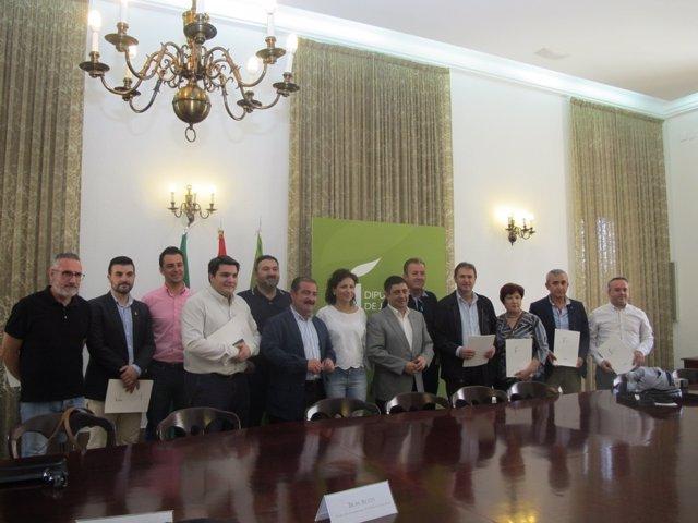 Reyes con algunos de los alcaldes que han suscrito el acuerdo