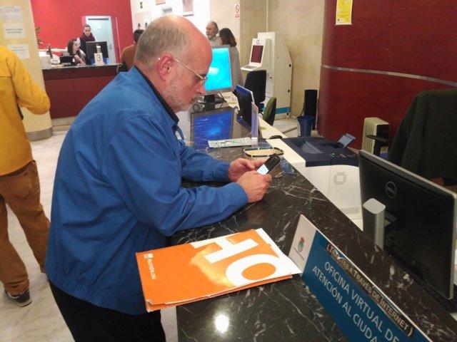 Miguel Vidal, esperando turno en el registro municipal de Oviedo