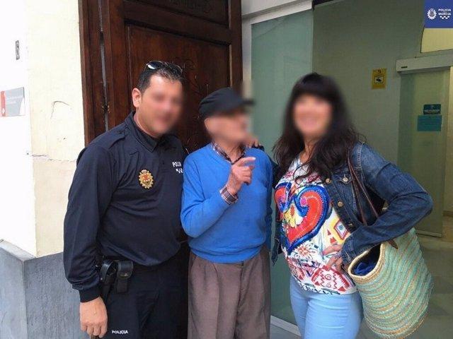 El anciano, en el centro, posa con un agente y una mujer