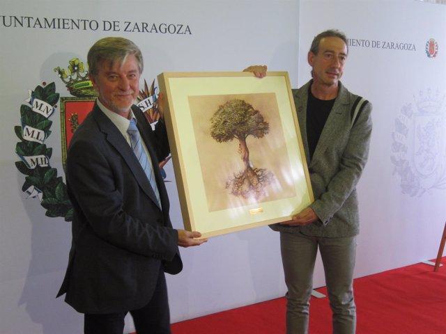 El alcalde de Zaragoza entrega la Estrella de Eurpa a SOS Racismo Aragón