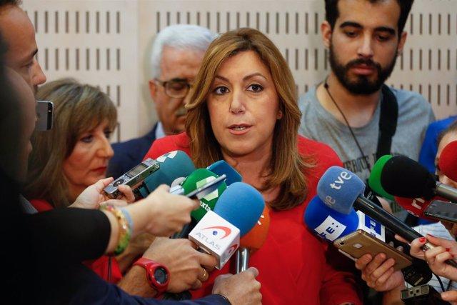 Susana Díaz, este martes, atendiendo a los medios