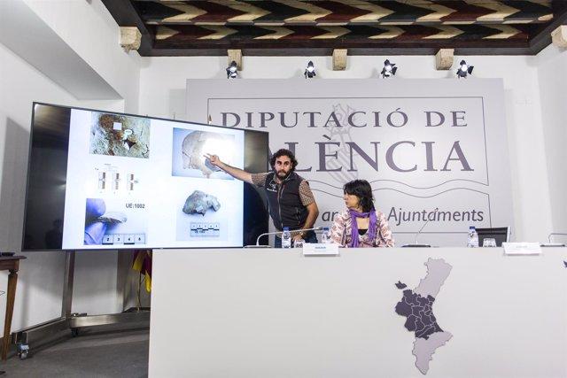 Miguel Mezquida explica los hallazgos en la fosa 82 del cementerio de Paterna