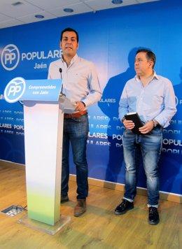 Juan Diego Requena (i), junto a Francisco Palacios, en la rueda de prensa.