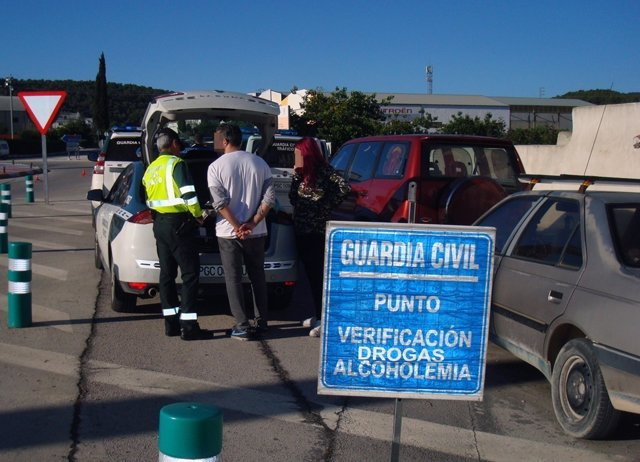 Guardia Civil despliega un dispositivo de  verificación de alcoholemia y drogas