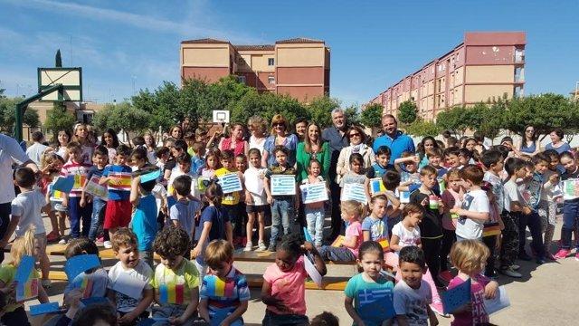 Ruiz (centro) junto a alumnos participantes en la actividad