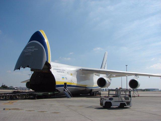 Avión de carga Antonov en el aeropuerto de Sevilla