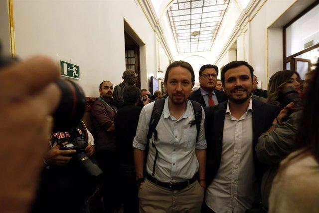 Pablo Iglesias y Alberto Garzón en los pasillos del Congreso