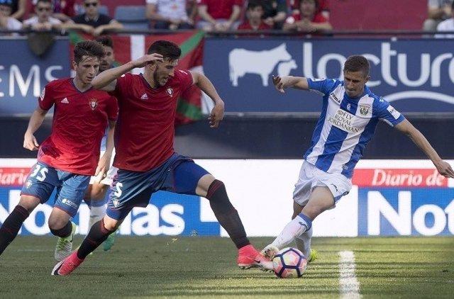 El jugador de Osasuna David García y el jugador del Lega Alexander Szymanowski