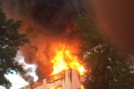 Sucesos.- Un incendio quema una fábrica de caucho en Santa Pola