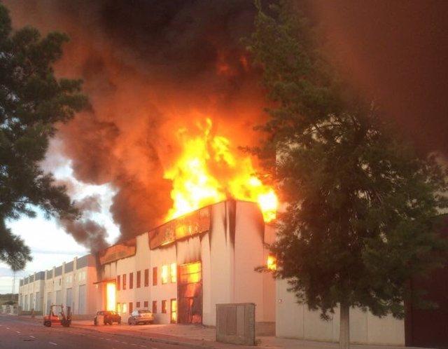Incendio en una fábrica de caucho en Santa Pola