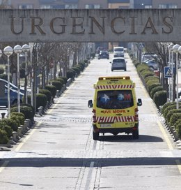 Cartel de Urgencias y ambulancias, ambulancia del SUMMA 112 en Madrid