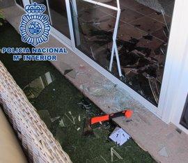 Detenidos dos hombres al robar en una vivienda de Maspalomas (Gran Canaria) tras romper una ventana con un hacha