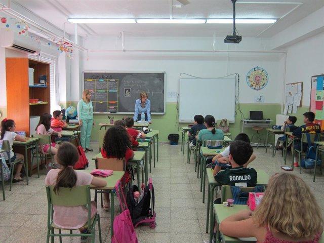 Aula de un colegio, clase, alumnos.