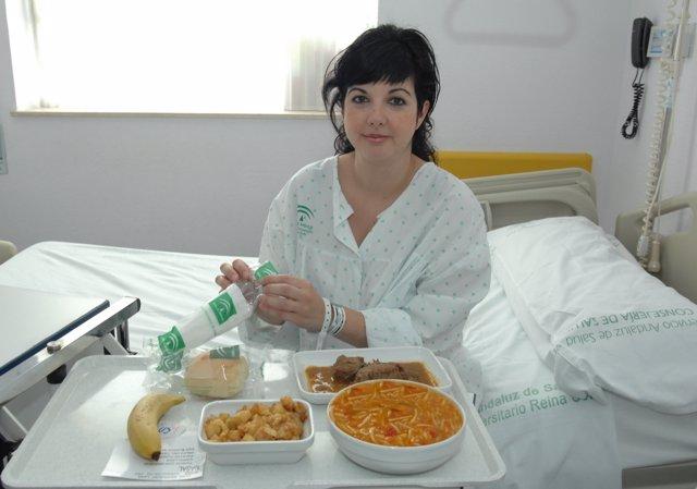 Una Paciente Con Una Bandeja De Menú Del Hospital Reina Sofía De Córdoba