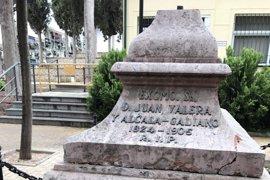 La Policía investiga un acto vandálico al monumento funerario de Juan Valera en Cabra