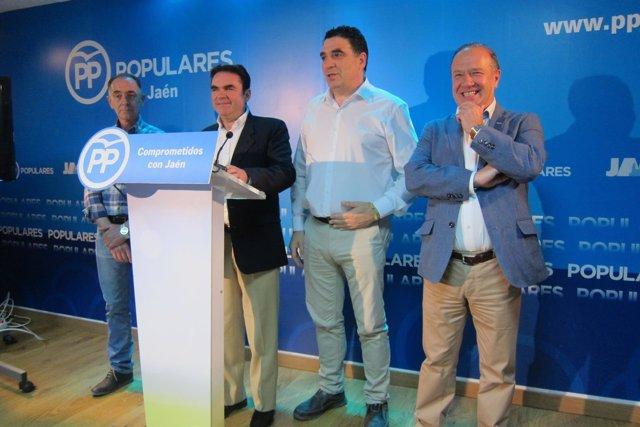 Miguel Moreno, junto a alcaldes del PP que lo apoyan, en la rueda de prensa.