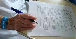 Una paciente firma una carta de compromiso