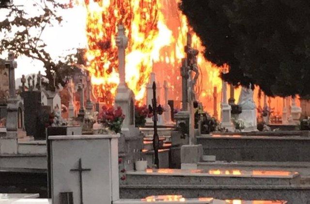 Incendio en el cementerio de Cacabelos, León.