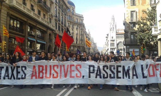 Unos 4.000 universitarios se manifiestan en Barcelona