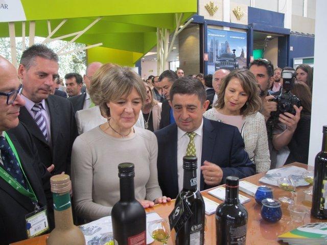 Reyes muestra a Tejerina los aceites Jaén Selección 2017 en Expoliva.