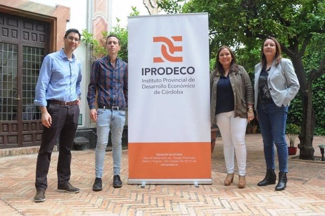 Carrillo (centro) presenta el nuevo logo de Iprodeco