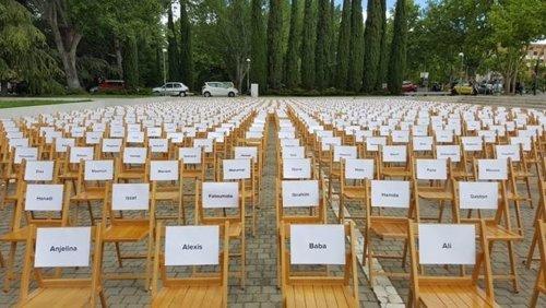 Sillas vacías representando los refugiados que aún no han llegado a España
