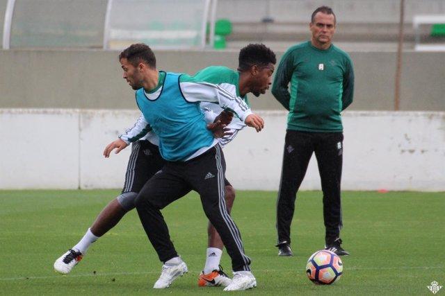 Alexis Trujillo supervisa el entrenamiento del Betis