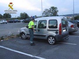 Dos guardias civiles fuera de servicio interceptan a dos jóvenes circulando en una furgoneta que acababan de robar