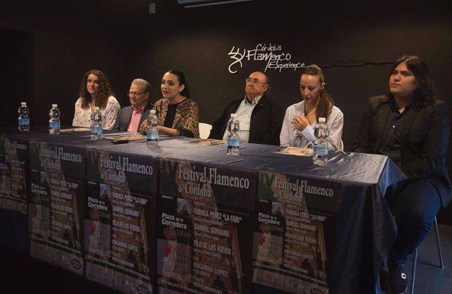 Carmen González (centro) interviene en la presentación
