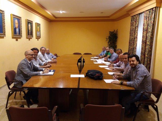 Patronal y sindicatos durante la firma convenio suministro eléctrico