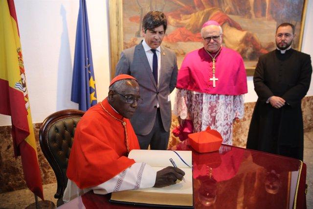 El cardenal firma en el Libro de Honor del Ayuntamiento de Montilla