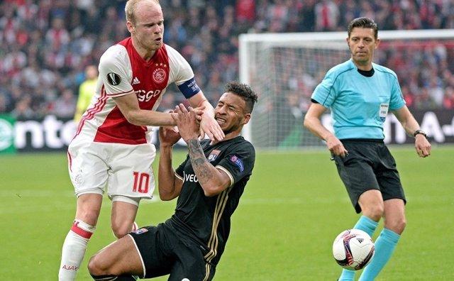 Klaasen y Tolisso disputan un balón en el Ajax-Lyon