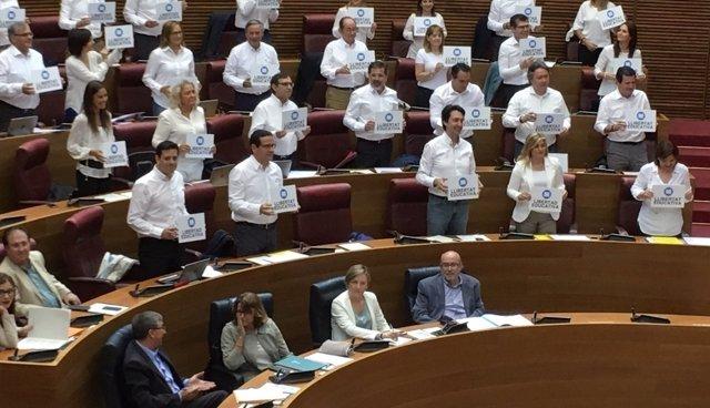Los diputados populares muestran carteles a favor de la libertad educativa